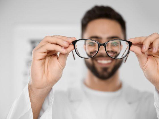 Personne tenant des lunettes